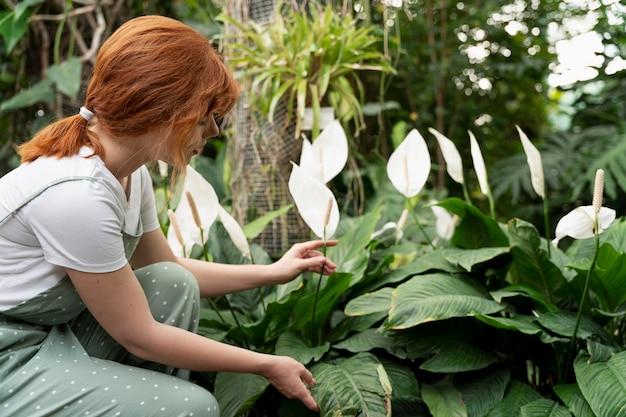 Amante della natura che lavora in una serra