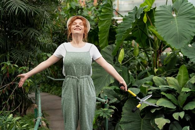 温室で働く自然愛好家
