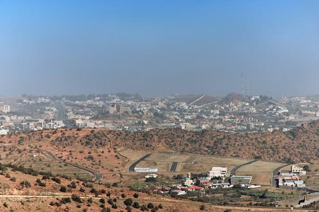 ヒジャース山脈の自然は、サウジアラビアのマッカ州のタイフ市を閉じます