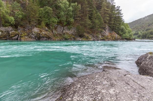노르웨이의 자연. 맑은 물과 산 강