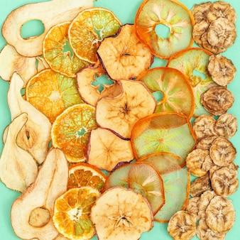 健康的なスナックとしてのリンゴ、バナナ、柿、梨、タンジェリンのネイチャーオーガニックドライフルーツチップ