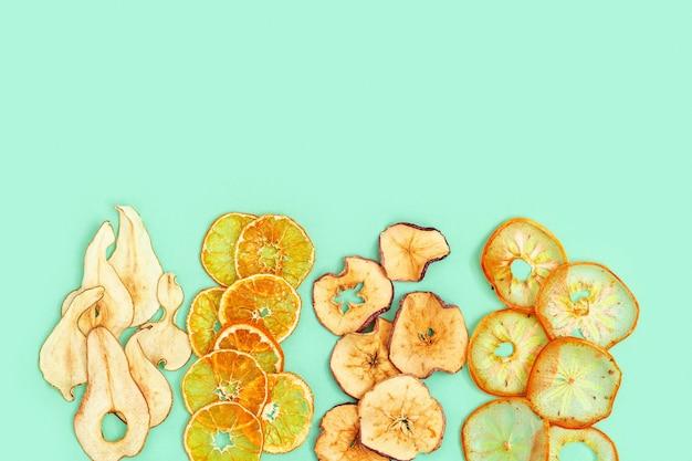 Органические обезвоженные фруктовые чипсы из яблока, мандарина, хурмы и груши