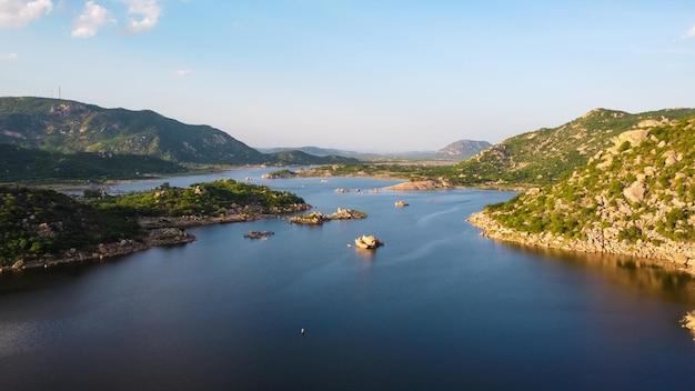 Фото природы. красивая река с деревьями и горами. по горизонтали