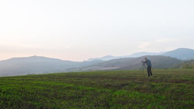 Фотограф природы на полях фермы