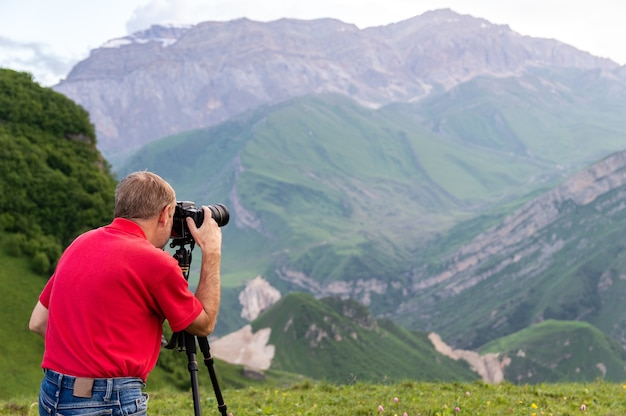 Фотограф природы сделать снимок в горах