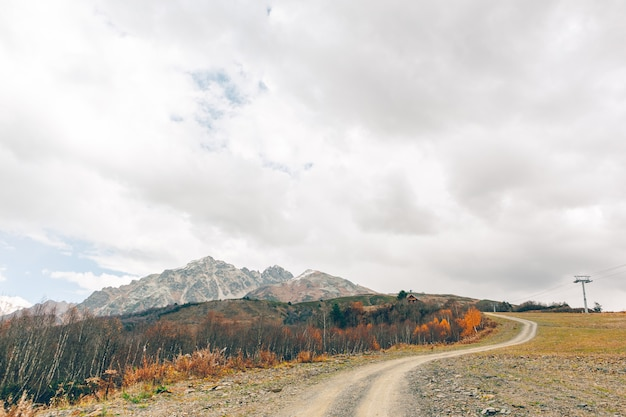 ジョージア州のコーカサス山脈トレッキングトレイルの風光明媚な自然。