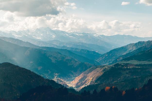 ジョージア州のコーカサス山脈のトレッキングトレイルの美しい自然。