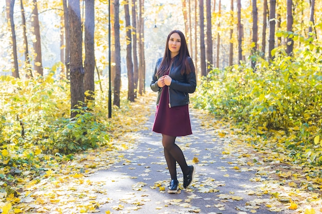 자연, 계절과 사람들 개념-가을 공원에서 산책하는 패션 여자