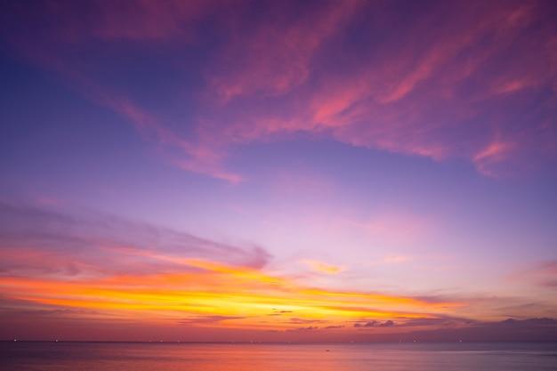 자연 하늘 일몰 또는 바다 위로 일출 아름 다운 cloudscape 풍경 자연의 놀라운 빛 풍경 배경입니다.