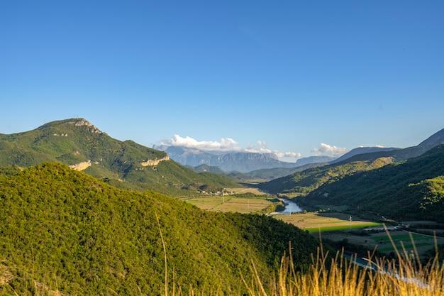 自然、アルバニアの山々の夏の風景