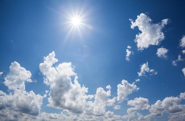 自然の表面。青い空の上の白い雲