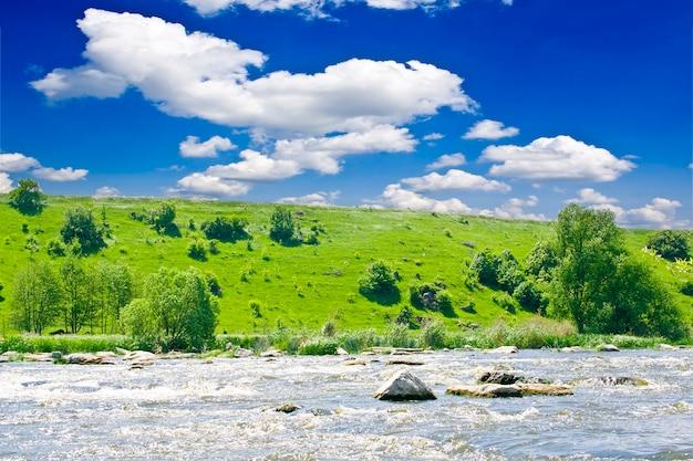自然。夏の青い川と山