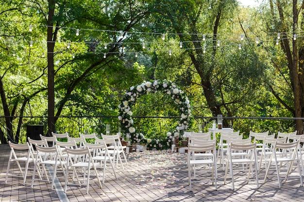 結婚式の装飾の自然のテーマ新婚夫婦のアーチは素朴なスタイルで装飾されています