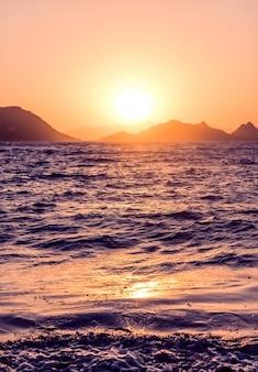 Природа, сумерки и винтажный пляжный отдых, концепция летнего заката на побережье средиземного моря ...