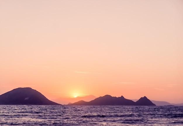 地中海の海岸の海で自然の夕暮れとヴィンテージビーチホリデーコンセプト夏の夕日...