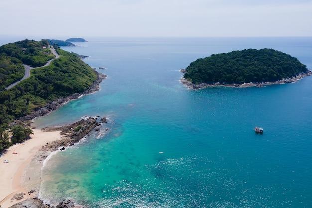 무인 항공기 화이트 비치의 화창한 공중보기에서 아름 다운 풍경 해변 바다 여름 날의 자연 보기