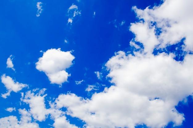 青い空の上の自然の白い雲