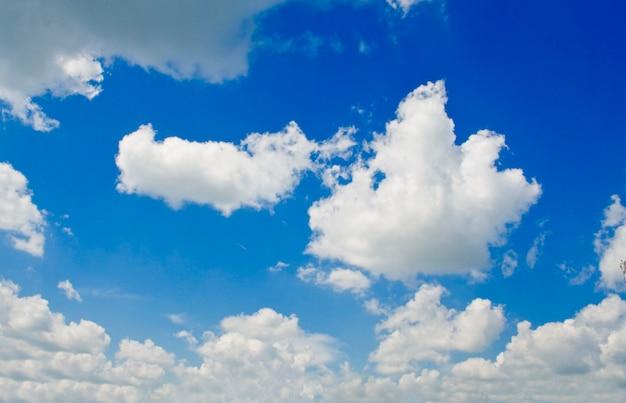 自然。青い空の上の白い雲