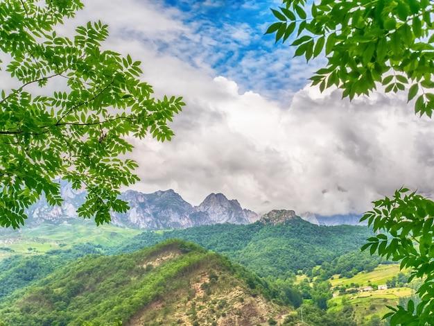 Природа с горой, голубым небом и белыми облаками