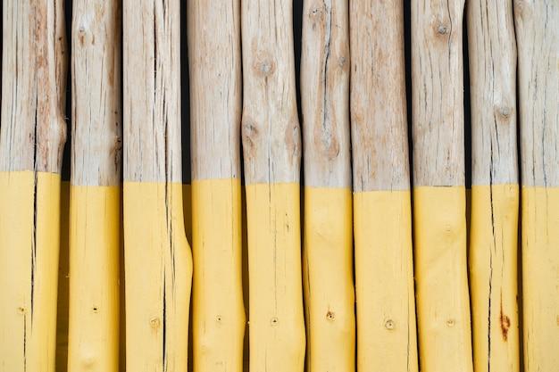 자연 나무 질감 원활한 배경, 절반 노란색 페인트로 목재 battens.