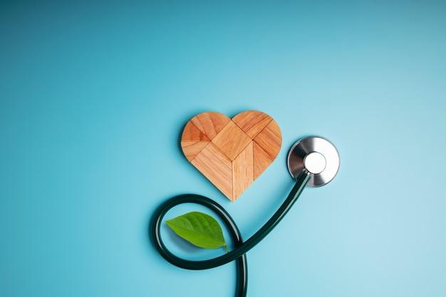 Деревянный пазл из природы в форме сердца со стетоскопом и листом, похожий на цветочное растение, рост любви и отношений