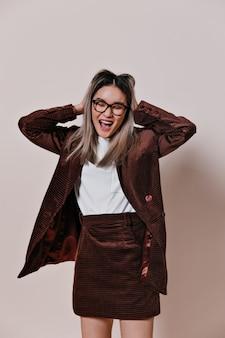 벨벳 옷을 입은 장난 꾸러기 아시아 여자가 그녀의 머리카락을 꼬집다.
