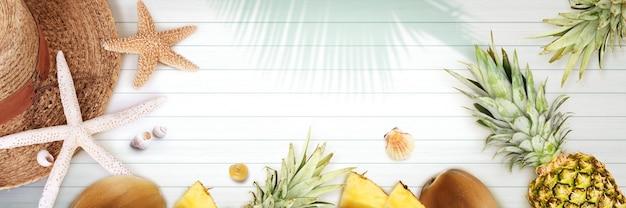Морская концепция с пальмовым листом, пляжной шляпой, морскими звездами и ананасом.