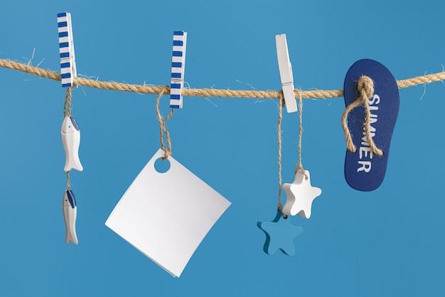 Морская концепция с украшениями морского образа жизни, висящими на веревке синего цвета