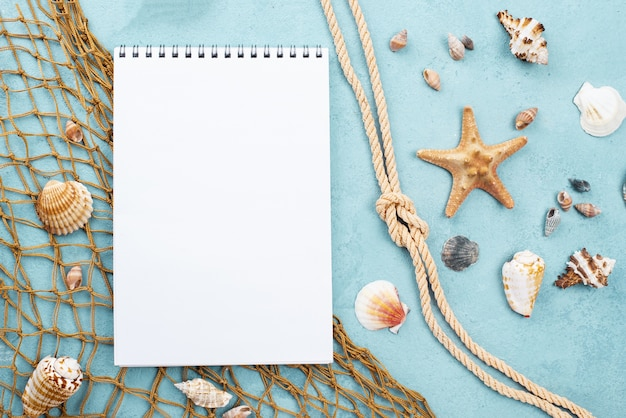 ノートブックの横の航海ロープ