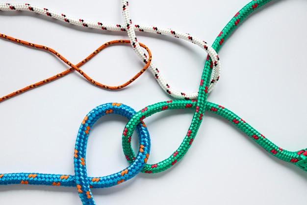さまざまな色の航海ロープの結び目