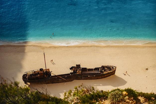 Пляж затонувшего корабля залива навагио без людей, вид сверху, греция, закинф.