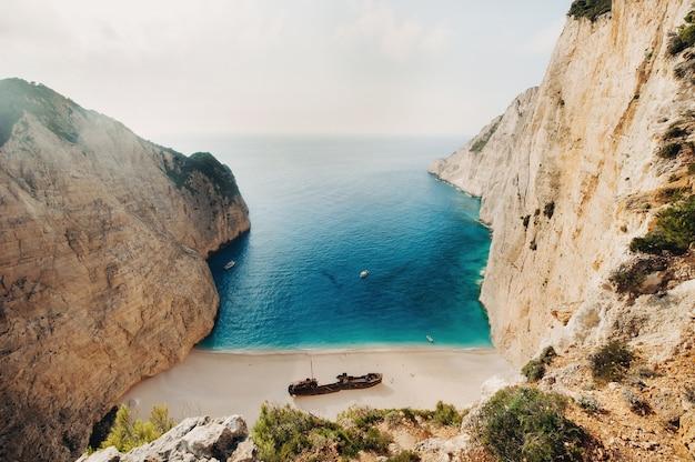 ナヴァイオビーチ。ギリシャ、ザキントス島の難破船湾。上からの眺め。