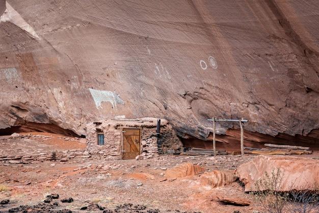 Картины и жилище индейцев навахо