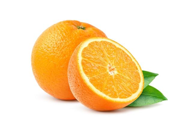 半分にカットされ、白い背景に分離されたへそオレンジ。