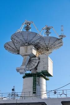 선박의 돛대에 있는 탐색 및 레이더 장비 및 안테나. 탐색 장비가 있는 대형 요트의 돛대, 아래쪽 보기. 레이더, 신호등 및 위성 접시.