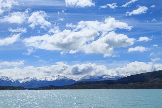 アルゼンチンのパタゴニアの風景、アルゼンチンの湖のナビゲーション。パタゴニアのパノラマ