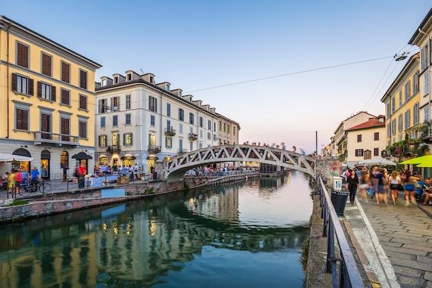 夕方のナヴィーリオグランデ運河、ミラノ、イタリア
