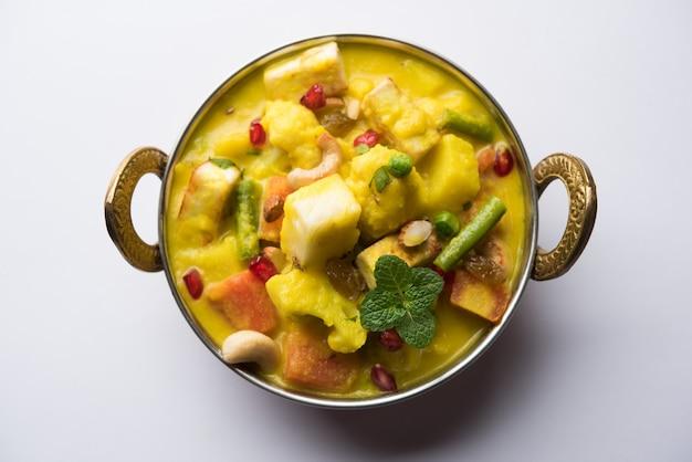 Navratan korma는 인도산 무글 라이 요리로, 말 그대로 ninegem 카레로 번역됩니다. 보석은 카레를 구성하는 과일 야채와 견과류입니다.