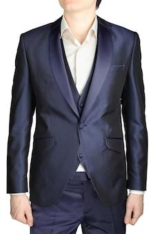 ネイビーブルーのメンズウェディングタキシード、ジャケットスーツ、チョッキ、パンツ、ネクタイなしの白いシャツ、白い背景で隔離。
