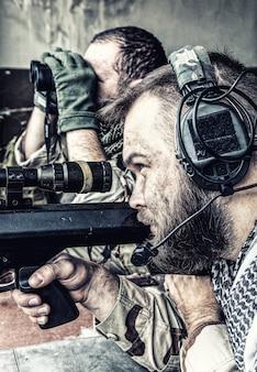 네이비 씰 저격 팀, 무장한 50구경 저격 소총, 영토 관찰, 매복 대기, 적군 감시, 폐허가 된 도시 건물의 위치에서 목표물 수색 및 교전