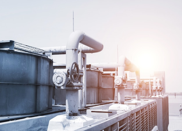 Трубопровод и арматура промышленного оборудования с солнечным светом