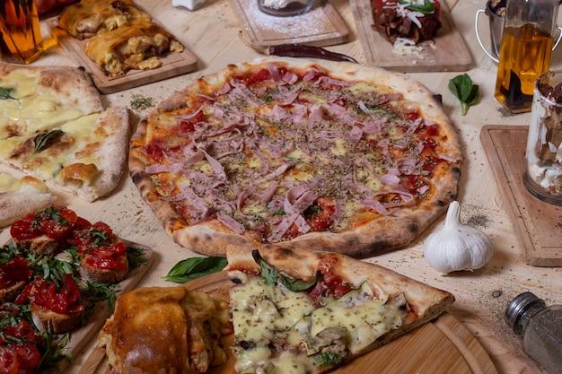 ナポリの伝統料理。ブルスケッタ、ピザ、デザート。孤立した画像。地中海料理