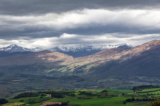 Вблизи квинстауна грозовые облака над южным островом новой зеландии