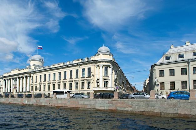 У реки фонтанка. вид на старинные здания. санкт-петербург, россия. 4 июня 2015 г.