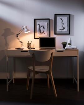 Опрятное и организованное рабочее пространство с ноутбуком