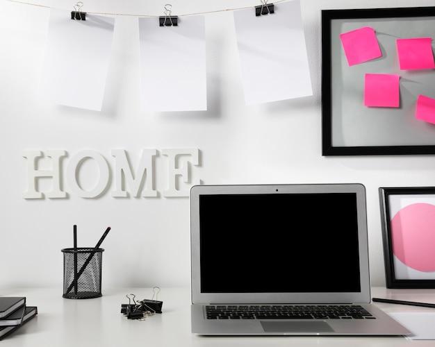 Аккуратное и опрятное рабочее пространство с ноутбуком