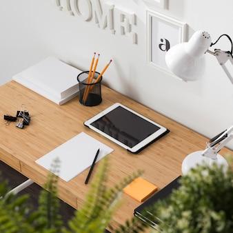책상에 태블릿이있는 깔끔하고 깔끔한 작업 공간