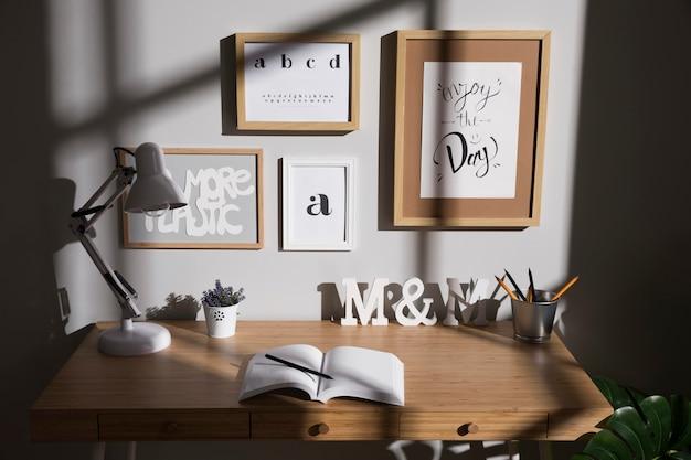 Spazio di lavoro ordinato e organizzato con lampada sulla scrivania