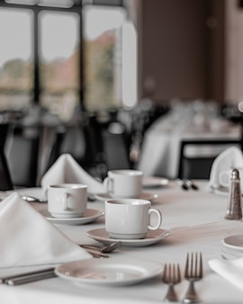 깨끗하고 비어 있고 깨끗한 식당에서 깔끔한 테이블