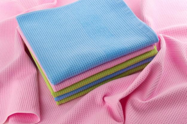 きちんと折りたたまれたタオルはしわくちゃのタオルの上に置かれました